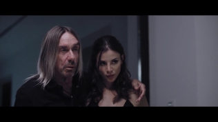 Kacey Barnfield woth Iggy Pop's arm around her shoulder
